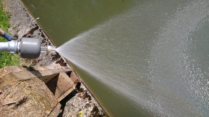 Hier sieht man den Teichbeleber wie er arbeitet. Revitalisiert das Wasser.